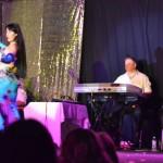 Safiya Aisha con Mario Kirls y su orquesta, en el 15 EIDA de Amir Thaleb, Buenos Aires, Argentina.